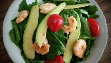 salata_spanaki_me_marinarismenes_garides_enosi_gastronomias_ellados