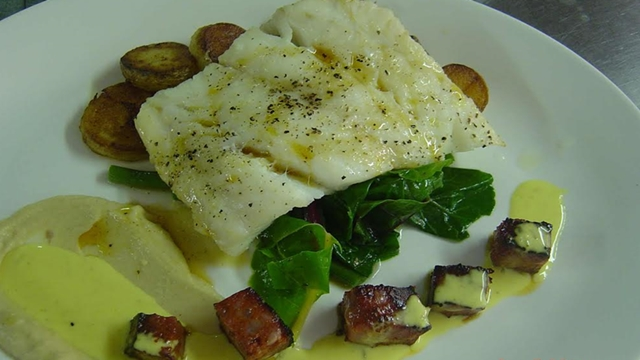 labraki_sote_me_koyli_kokkinis_piperias_enosi_gastronomias_ellados