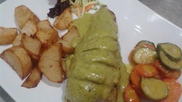 psaronefri_gemisto_se_saltsa_pesto_vasilikoy_enosi_gastronomias_ellados