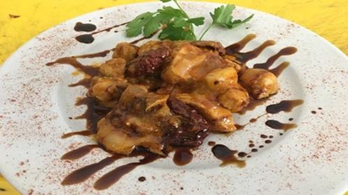 tigania_kotopoylo_me_liasti_ntomata_metsovone_kai_petimezi_enosi_gastronomias_ellados