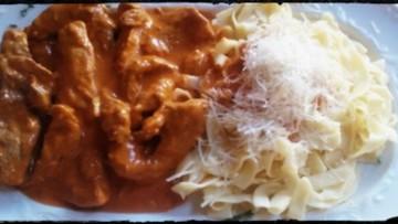 kotopoulo_me_kokkini_saltsa_kai_xilopites_enosi_gastronomias_ellados