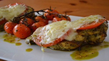 kotopoylo_me_ntomata_kai_pesto_rokas_enosi_gastronomias_ellados